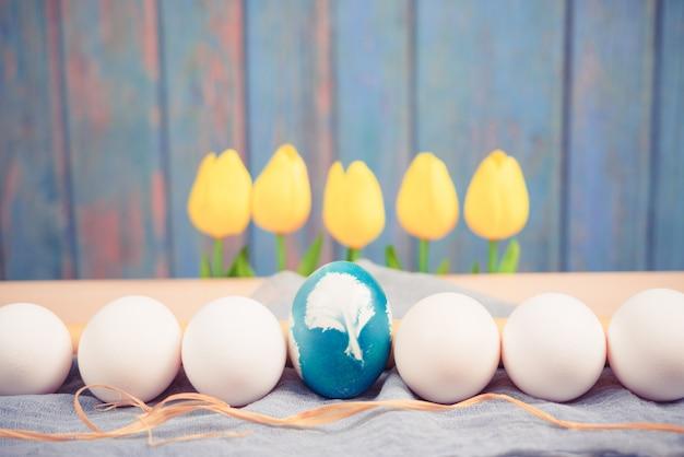 Organico blu easter egg nel mezzo di uova di colore bianco attendere per la pittura