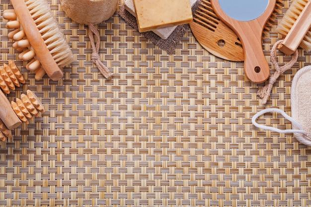 Organizzato copyspace set di strumenti per il bagno massaggiatori pennello per unghie spugna sapone specchio spazzola per capelli sul tappetino