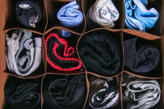 Organizzazione di deposito di calze e mutandine nel cassetto del cassettone, armadio.