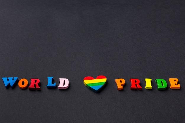 Orgoglio dell'amore mondiale scritto con lettere colorate