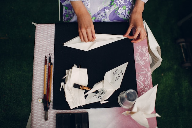 Origami e mani femminili