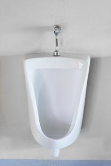 Orinatoi bianchi nella toilette degli uomini pubblici