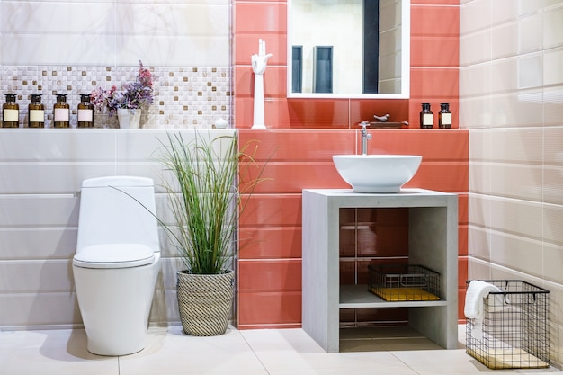 Orinatoio bianco e lavabo e doccia in bagno in granito, interni bagno moderno