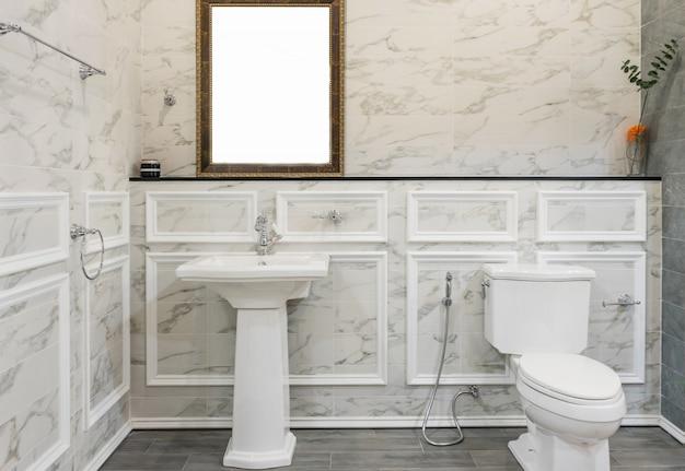 Orinatoio bianco e lavabo e doccia in bagno in granito