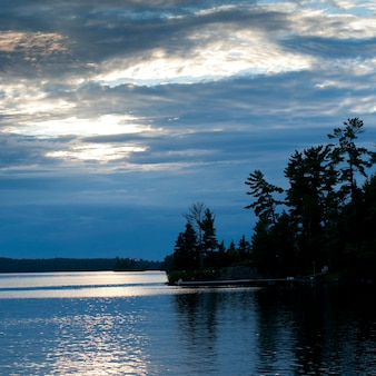 Orizzonte al tramonto a lake of the woods, ontario
