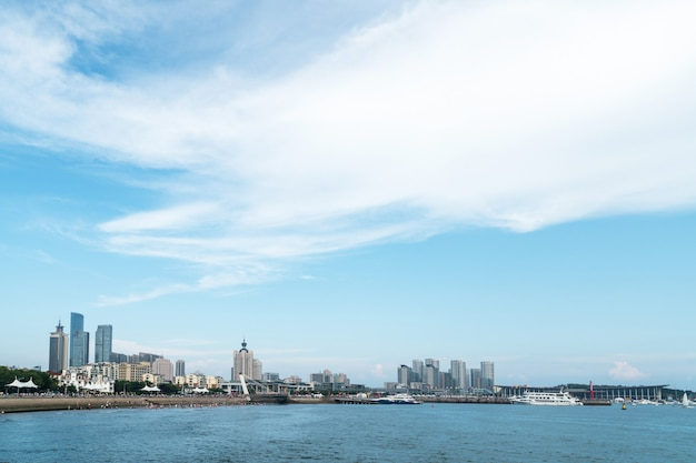 Orizzonte costiero e urbano a qingdao, cina