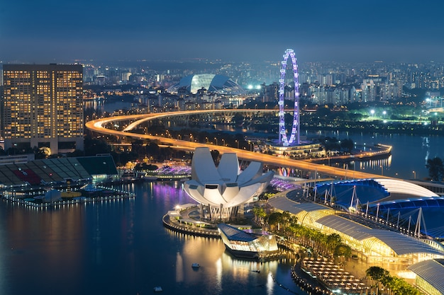 Orizzonte del distretto aziendale di singapore nella notte a marina bay, singapore.