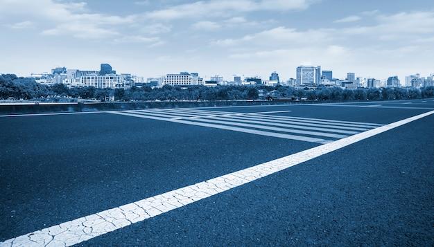 Orizzonte del paesaggio architettonico moderno urbano e del terreno stradale