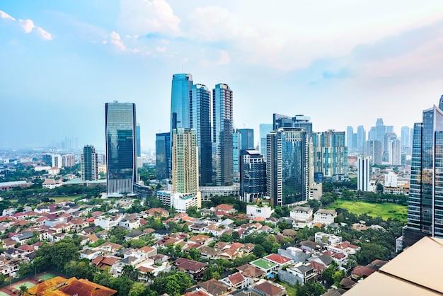 Orizzonte della città di jakarta con i grattacieli urbani nel pomeriggio