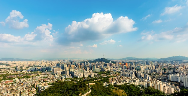 Orizzonte della città di seoul e torre corea del sud di seoul