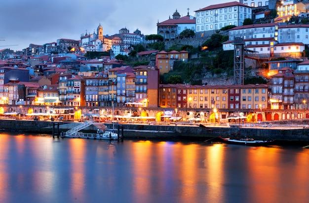 Orizzonte della città vecchia di oporto dall'altro lato del fiume douro, portogallo