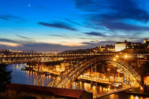 Orizzonte della vecchia città di oporto, portogallo con il ponte di dom luis nella notte da vila nova de gaia