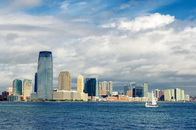 Orizzonte di jersey city e una vista dell'yacht di navigazione dal traghetto