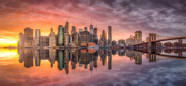 Orizzonte di new york city con i grattacieli al tramonto