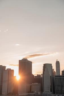 Orizzonte di new york city con il sole