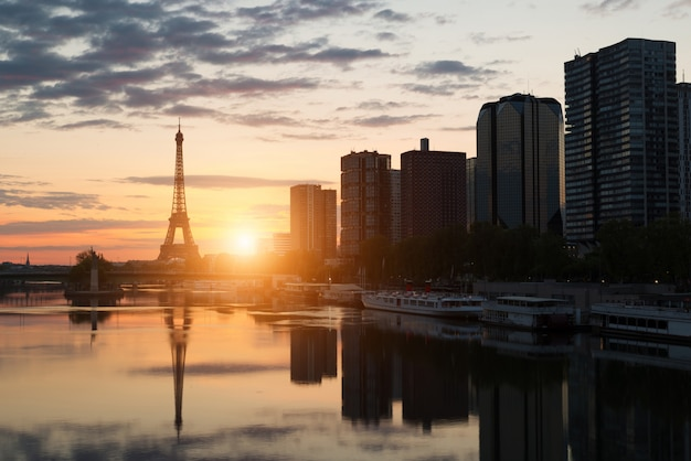 Orizzonte di parigi con la torre eiffel e la senna a parigi, francia.