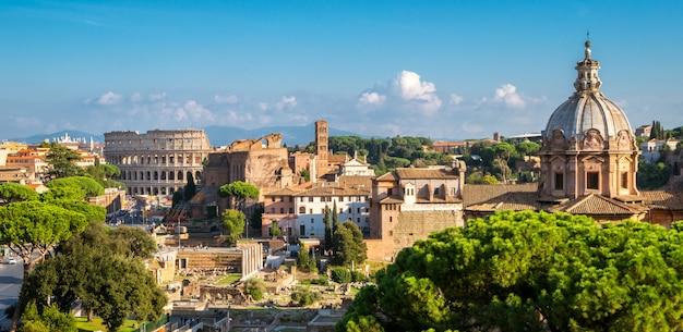 Orizzonte di roma con colosseo e foro romano, italia