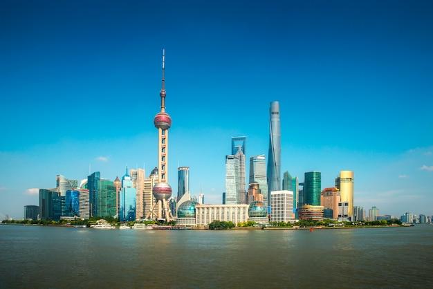 Orizzonte di zona di commercio e del distretto finanziario di shanghai lujiazui con la nave da crociera, shanghai cina