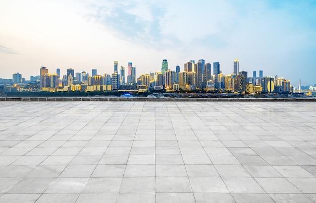 Orizzonte e costruzioni panoramici con il pavimento quadrato concreto vuoto, chongqing, porcellana