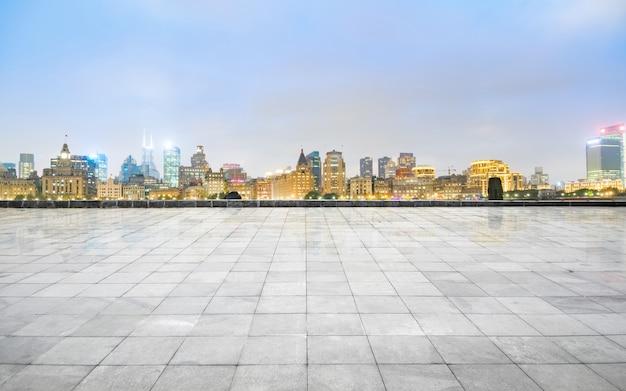 Orizzonte e costruzioni panoramici con il pavimento quadrato concreto vuoto, schang-hai, porcellana