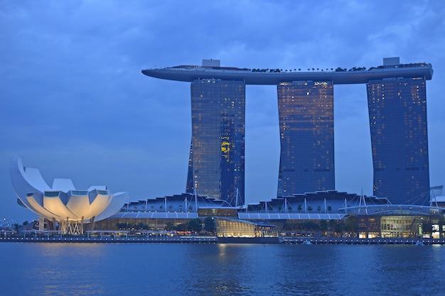 Orizzonte e fiume di singapore all'ora blu
