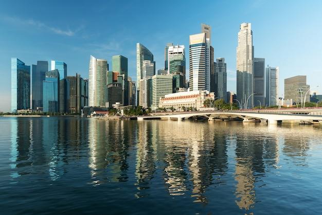 Orizzonte e grattacielo del distretto aziendale di singapore nella mattina a marina bay, singapore.