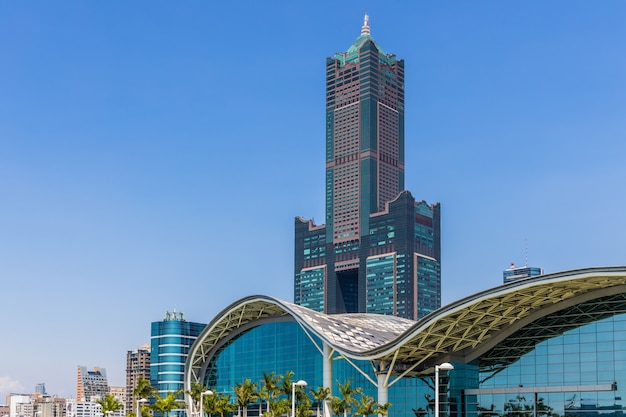 Orizzonte e grattacielo di kaohsiung taiwan con la priorità bassa del cielo blu
