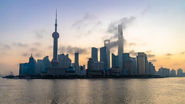 Orizzonte e grattacielo di shanghai, città moderna di shanghai in cina sul fiume huangpu.