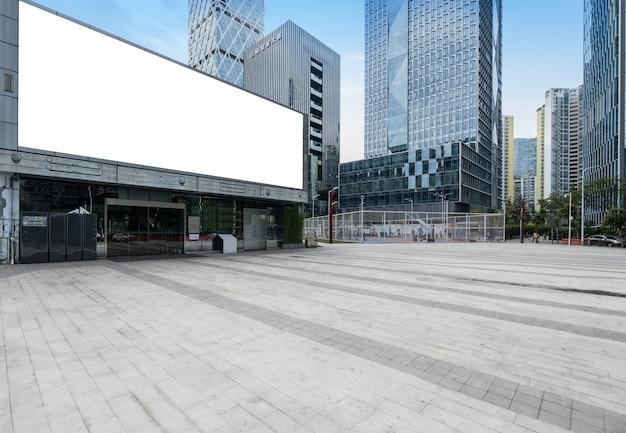 Orizzonte ed edifici panoramici con il pavimento quadrato concreto vuoto a shenzhen, cina