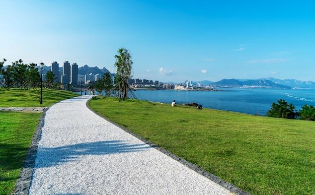Orizzonte urbano del paesaggio architettonico lungo la linea costiera di qingdao