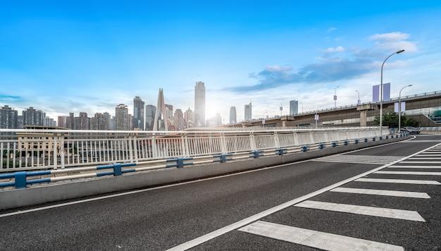 Orizzonte urbano della strada, del ponte e della costruzione urbana