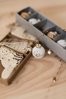 Ornamenti bianchi e oro per albero di natale