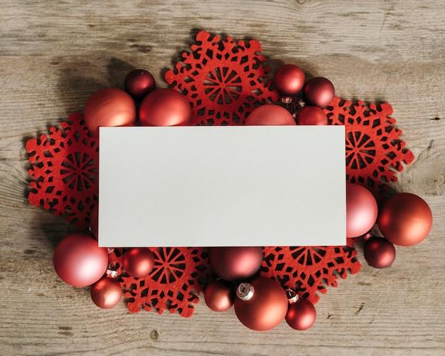 Ornamenti di natale con uno spazio bianco per il testo