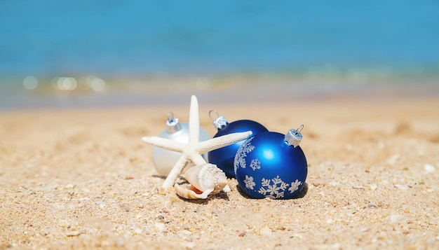 Ornamenti di natale sulla spiaggia