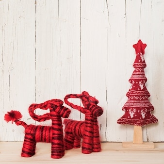 Ornamenti rossi di natale con lo spazio della copia sulla cima
