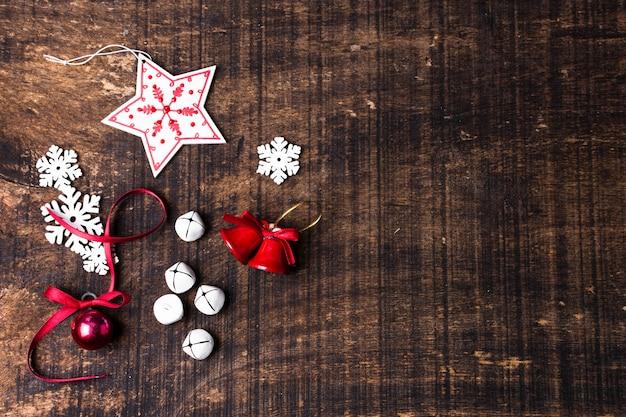 Ornamenti svegli di natale su fondo di legno con lo spazio della copia