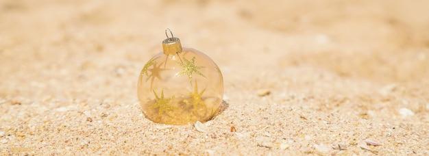 Ornamento di natale sulla spiaggia