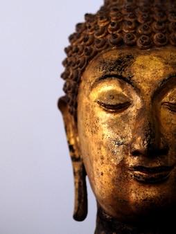 Oro buddha staue sfondo bianco