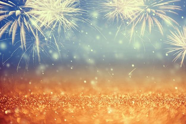 Oro d'annata e fuochi d'artificio e bokeh verdi nella notte di san silvestro e nello spazio della copia. vacanza sfondo astratto.