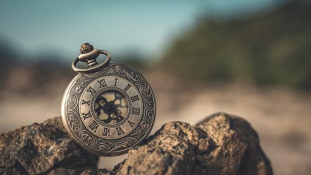 Orologio antico sulla pietra del mare