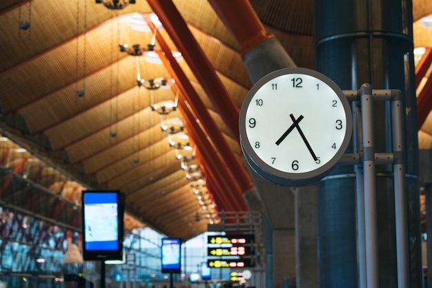 Orologio cancello terminal dell'aeroporto