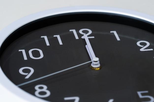 Orologio che mostra a mezzogiorno