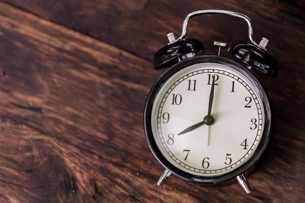 Orologio con il tempo alle 8 vista dall'alto in stile retrò vintage con spazio