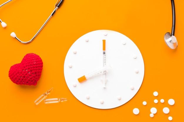 Orologio con pillole accanto