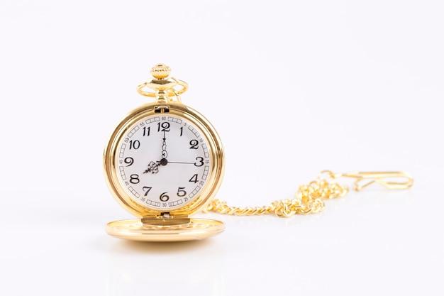 Orologio d'oro classico della collana isolato su fondo bianco