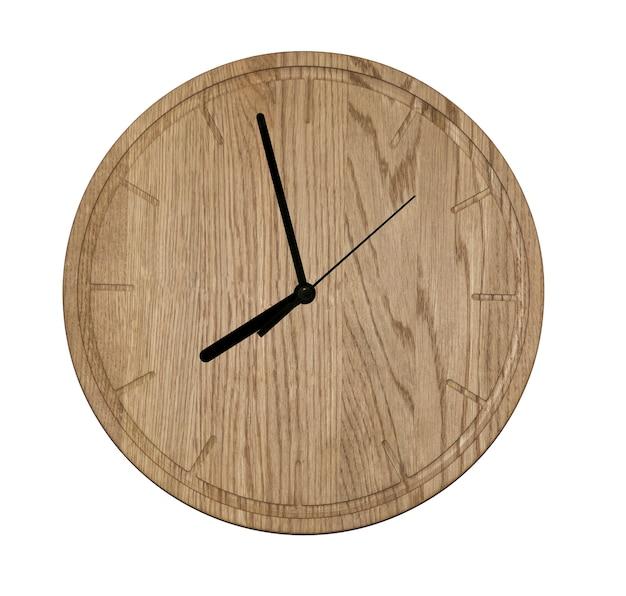 Orologio da parete in legno. isolato su sfondo bianco