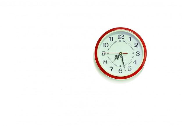 Orologio da parete rotondo classico rosso / orologio da parete orologio isolato su priorità bassa bianca