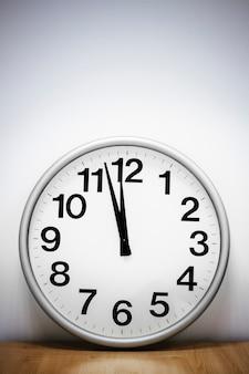 Orologio da parete sul tavolo