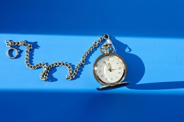 Orologio da tasca d'epoca su sfondo blu