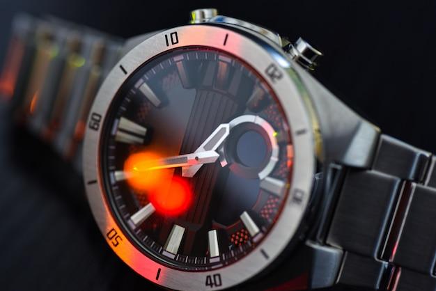 Orologio di lusso con luce colorata